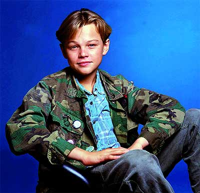 Antibelicista. Leonardo, a la edad de 16 años. Viste guerrera de camuflaje y chapas con mensajes pacifistas.