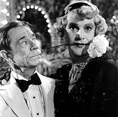 El amor es cosa de risa. Los actores Joe E. Brown y Jack Lemmon, en Con faldas y a lo loco (1959), de Billy Wilder.