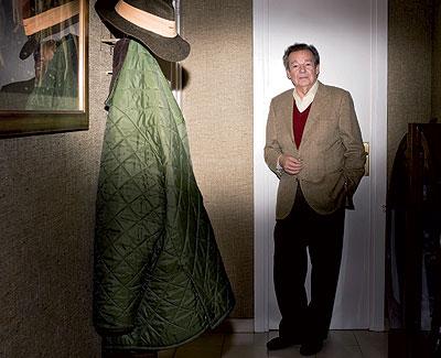 Piso de soltero. Luis Racionero en el recibidor de su nueva casa en el barcelonés barrio de la Bonanova.