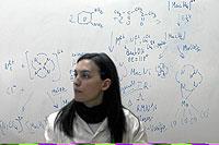 Una joven investigadora, frente a una pizarra con fórmulas en la Facultad de Ciencias Químicas de la Universidad Complutense de Madrid. (Foto: José Aymá)