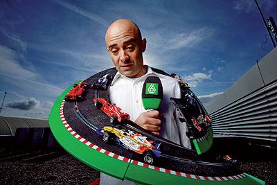 Antonio Lobato (Oviedo, 1965), con réplicas de algunos bólidos. Cuando en 2004, le encargaron retransmitir la Fórmula 1, su primera reacción fue decir seis veces no.