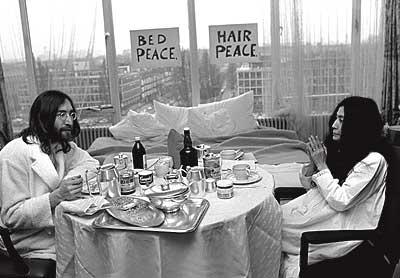 Desayuno para dos. El fotógrafo Nico Koster compartió con Lennon y Ono momentos muy íntimos, como este opíparo desayuno.