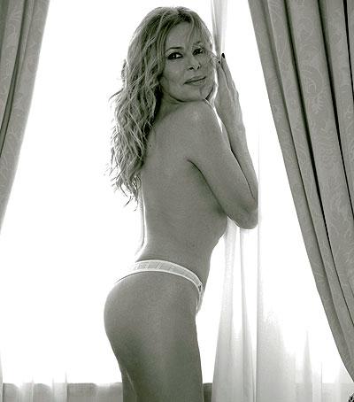 """¿Qué dirá su DNI? La reina, para su fastidio o su dicha, del papel cuché arranca el día buscándose defectos en el espejo. Ríe sin cesar y llora a mares, siempre sensible a caer en los extremos. Ana Obregón y su edad, un misterio en una anatomía de vértigo. En mayo de 2007, proclamaba lo que sigue a la revista OKS: """"Me veo bien a mis 48 años"""". Según los compañeros de documentación de El Mundo, nació en Madrid el 18 de marzo de 1955. A la edad que fuera, creció con complejo de patito feo y aires de empollona. De cría le ocultaron la gravedad de un tumor, que al final espoleó su carrera de bióloga. Confiesa que es algo hipocondriaca y que toma un lingotazo para sobrellevar el miedo a volar. No repara en lo que come y no se somete a la tiranía del gimnasio. Feliz y generosa –que no tonta–, Ana guarda en su corazón las horas que pasó junto al malogrado Fernando Martín, por quien renunció a una carrera artística en EEUU. Pero quien la tiene maravillada es su hijo Álex. Junto a él, la actriz prefiere olvidar un reciente parásito que comió de su fama. Vuelve, posa y reposa, la Obregón. Única."""