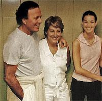 28 MILLONES DE PESETAS... por la foto y el concierto que dio en La Muela en 2002. La alcaldesa, en el centro, llevaba famosos a las fiestas: la Pantoja, Los Morancos, Bustamante...