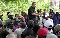 Cristopher Hartley Sartorius, poco antes de tener que abandonar República Dominicana, habla a cortadores de caña de sus derechos inalienables.