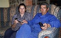 Manuel Vicho y Dolores en su casa de Valencia de Alcántara (Cáceres). Ellos y sus hijos llegan a mandar por teléfono casi 18.000 mensajes al mes. | D. Vigario