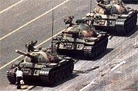 Esta foto, tomada el 5 de junio de 1989, todavía no puede verse en China. Se calcula que aquella noche murieron unos 3.000 manifestantes. Esa imagen fue tomada a 800 metros, desde un hotel. | Jeff Widener