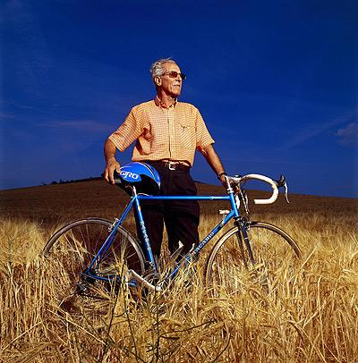 Bahamontes, 80 años, posa en uno de los campos de cereal como los que segaba de crío.
