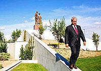Paco, 'El Pocero', bajando del monumento que erigió a sus padres en la urbanización de Seseña. | LORENA ROS / GETTY