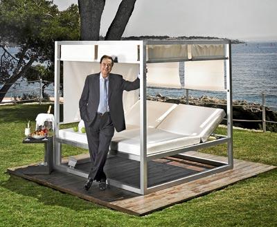 SOL Y PLAYA. Gabriel Escarrer en la terraza del Meliá de Mar, uno de sus hoteles en Mallorca.
