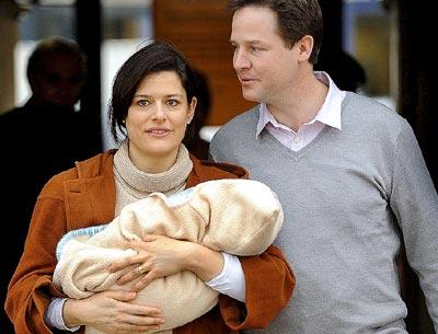LOS CLEGG GONZÁLEZ. Miriam y Nick Clegg, en febrero, tras el nacimiento de Miguel, su hijo pequeño.