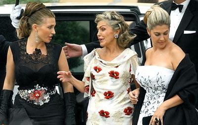 CON SUS HIJAS. Junto a Adelaida (izqda) y Clotilde, en una cena de gala en El Pardo, en 2004.