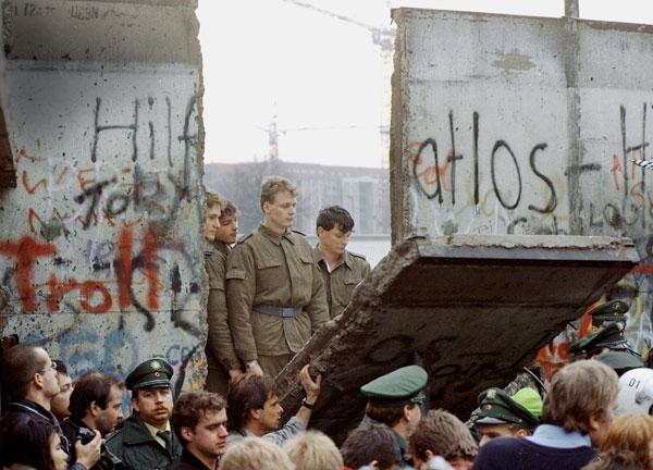 Histórico. Soldados de la RDA asisten al derrumbe del Muro, el 10 de noviembre de 1989.