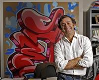 SU CUARTEL GENERAL. Alejandro Agag (39 años) en su despacho de Londres. El cohete de 'Tintín' y las fotografías de sus 'amigos' adornan la sala desde la que dirige sus negocios.  Jaime Travezán.