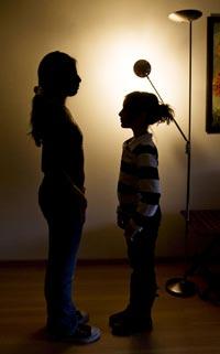 COMPARACIÓN. A la izq., Alejandra, una niña boliviana. Con 9 años ya le vino la regla. Frente a ella, una pequeña de la misma edad, española, que aún no tiene la menstruación.| Santi Cogolludo