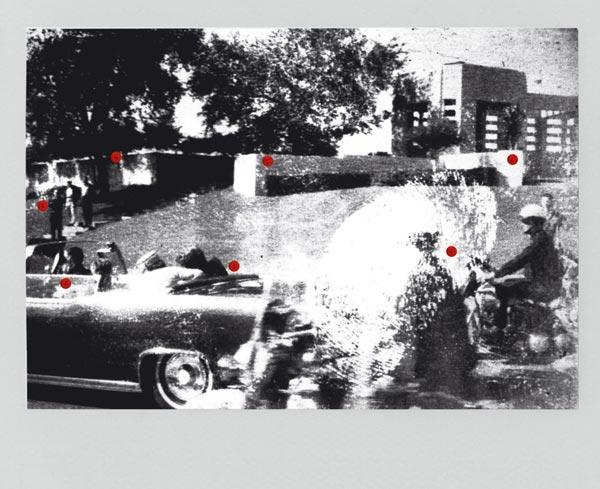 """LOS NOMBRES DE AQUEL MOMENTO. 1. El presidente John F. Kennedy, en el momento de recibir el disparo en la cabeza que acabó con su vida; a su lado, su esposa, Jacqueline Kennedy; 2. John B. Connally, gobernador de Texas, y su esposa Nellie; como chófer, William Greer y, junto a él, el agente del servicio secreto Roy Kellerman. 3. De pie en las escaleras, el tipo de en medio es el guarda del jardín, Emmet Hudson, flanqueado por dos hombres que nunca fueron identificados. 4. Bajo este roble del promontorio Grassy Knoll, el francotirador pudo apostarse para realizar los disparos. 5. Pero el lugares bajo sospecha es el Retaining Wall, un muro blanco de cemento donde se percibe la silueta del llamado """"hombre de la insignia"""". 6. Abraham Zapruder, inmigrante ucraniano, filmó la comitiva subido, junto a su ayudante Marilyn Sitzman, al muro. 7. Los motoristas Bobby Hargis y Jim Chaney, cuya imagen se difumina por la huella digital de Mary Moorman, autora de esta histórica polaroid."""