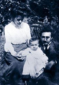 """REPUDIADA. La madre de Einstein nunca vio con buenos ojos a Mileva. """"Cuando tengas 30 años, ella será una bruja"""", le decía. La pareja, en la foto, con su primer hijo varón, Hans Albert."""