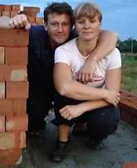 VÍCTIMA. Larisa Salinska, 39 años, cocinera del barco, abortó durante el secuestro del Ariana. En la foto, con su marido, Konstantin Krupski, ayudante del capitán del buque. Ella embarcó porque se les quemó la casa.