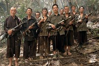 LOS OLVIDADOS. Guerrilleros Hmong del ejército secreto creado por la CIA en los años 60. Siguen escondidos en la selva de Laos y se resisten a dar por finalizada la guerra de Vietnam.