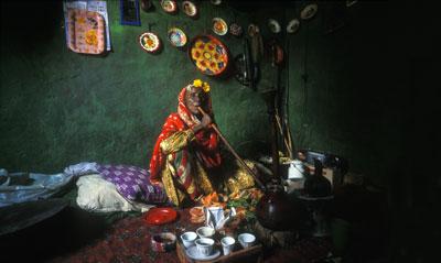 SACERDOTISA ETÍOPE. Ouma Acha fuma, bebe café y mastica qat para expulsar a los malos espíritus