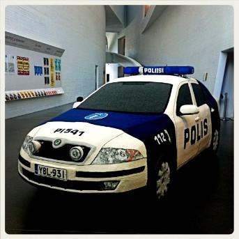 Coche de policía de croché por Kaija Papu