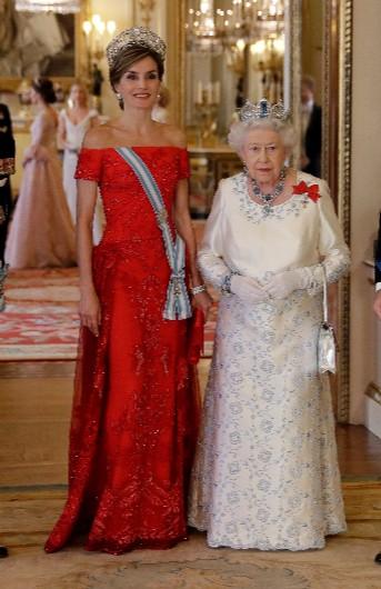 Letizia con vestido rojo de Felipe Varela en Reino Unido