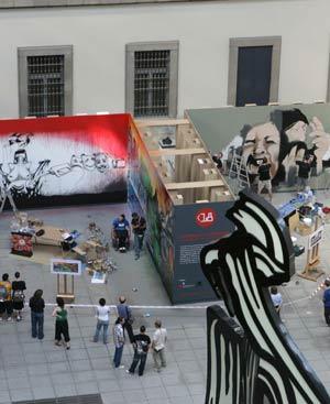 El público ante el 'graffiti' en la explanada exterior del Museo Reina Sofía.