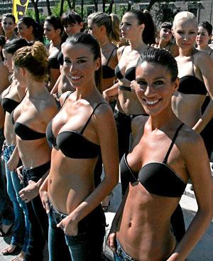 100 modelos posan para homenajear al sujetador.