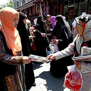Las mujeres participan en la campaña electoral repartiendo propaganda. Foto: EFE