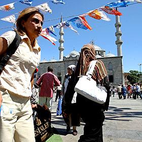 Mujeres turcas paseando por las calles de Estambul. Foto: EFE