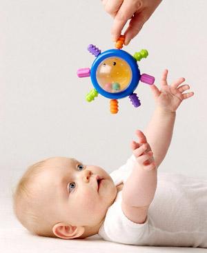Los bebés descubren el mundo jugando.