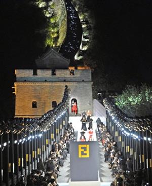 La Gran Muralla de Beijin sirvió de escenario para celebrar el 50 aniversario de Fendi. (Foto: AFP)