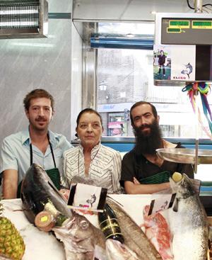Aberasturi, primero por la izquierda, con todo el pescado vendido, posa con Cuca Solana y Carlos Díez en la pasada edición de El Ego de Cibeles. FOTO: Carlos Alba.