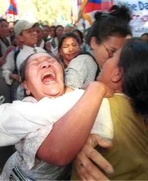 Refugiadas tibetanas llorando durante una marcha en el 40º aniversario del levantamiento del Tíbet contra China en Nueva Delhi. FOTO: AP.