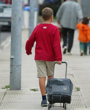 Un niño caminando hacia el colegio. FOTO: Javier Martín.