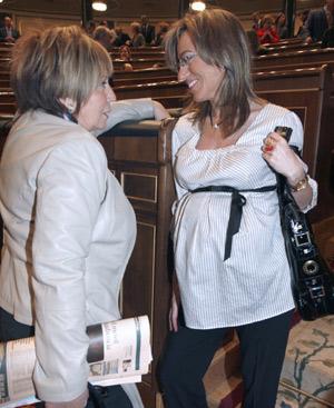 La ministra de Vivienda en funciones, Carme Chacón, y la diputada 'popular' Celia Villalobos charlan antes de la sesión constitutiva de la Cámara. FOTO: EFE