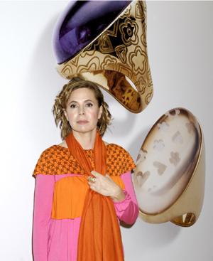 Agatha, entre dos anillos de su nueva colección de joyas.