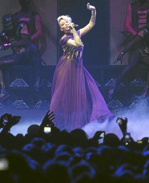 Kylie Minogue con el vestido de gasa morada de Gaultier con el que abrió su 'show'. FOTO: Kike Para.