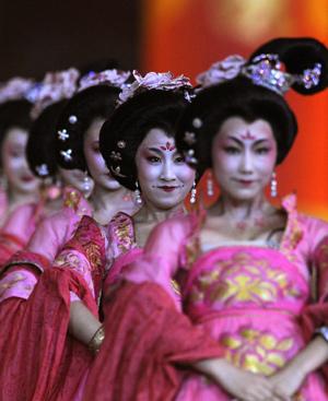 Algunas de los 15.000 artistas que han interpretado la historia antigua de China y su presente como nación emergente. FOTO: AFP.