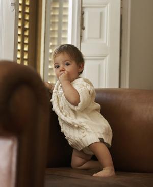 Al cumplir el primer mes el pediatra comprueba el mantenimiento de la lactancia materna, el ritmo sueño -vigilia-, el ritmo intestinal y la integración del bebé en la familia. FOTO: Pedro Vikingo.