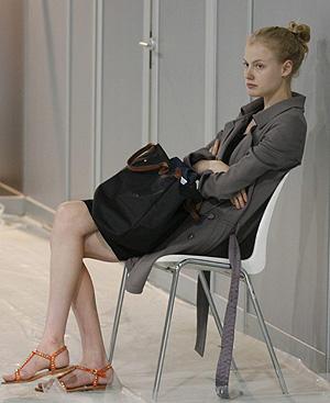 Una modelo espera su turno para el 'fitting'. FOTO: EFE