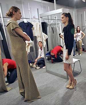 Madres, vestidoras, modelos..., el 'backstage' es un hervidero. FOTO:BERNABÉ CORDÓN