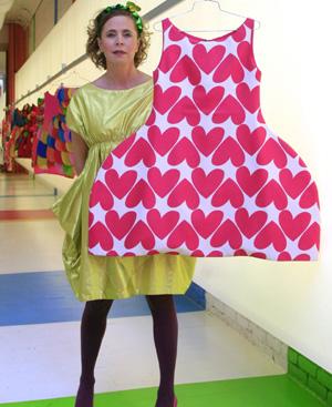 Agatha posa con uno de sus vestidos de 'menina' en Nueva York. FOTO: EFE.