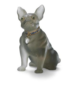 'Chien assis' (perro sentado), adorno de 1904 en cuarzo ahumado, oro, zafiros y una perla olivina en los ojos.