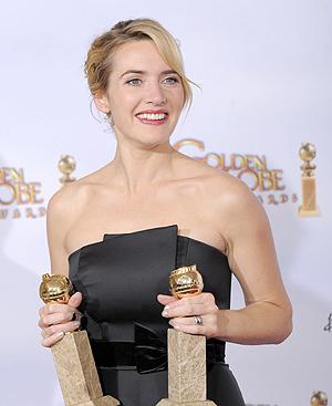 Kate Winslet, con sus dos Globos de Oro. FOTOS: AP
