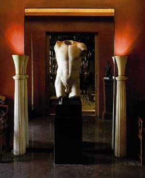 Hall del apartamento de la rue Babylone decorado con un torso romano esculpido en mármol.