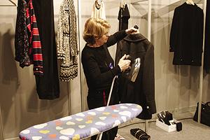 Las planchadoras son imprescindibles para que las prendas salgan perfectas a la pasarela. Foto: Image.net