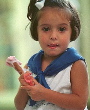 Una niña deja que su helado se derrita. Foto: Íñigo Ibáñez
