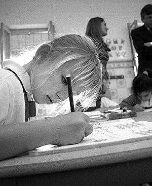 Una niña realiza sus deberes en clase. Foto: Ernesto Caparrós