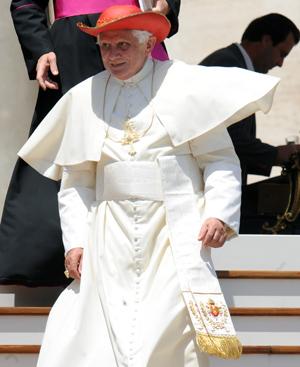 Benedicto XVI. En grande, detalle de sus zapatos de cuero rojo.